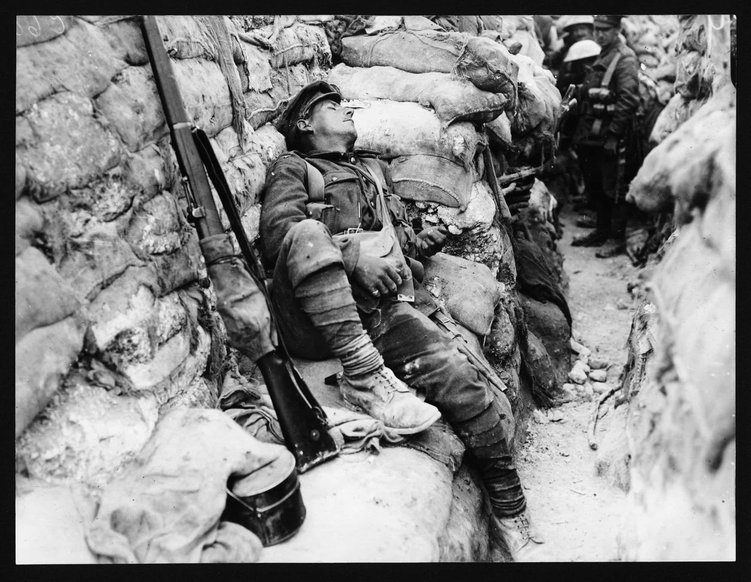 Französischer Soldat schläft im Schützengraben