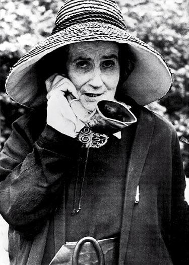 Madame de Meuron war ein Berner Original. Sie starb erst 1980 und wurde damit 98 Jahre alt! Ihr Hörrohr nutzte sie nach eigener Aussage unter anderem, damit sie nur zu hören brauchte, was sie hören wollte. Sie fiel im Bern der mittlerweile föderal organisierten und demokratischen Schweiz durch ihre quasi-mittelalterlichen Ansichten auf. Als sie eine Landstreicherin beim Stehlen von Obst erwischte, sperrte die Madame die Frau für zwei Tage ein. Vor Gericht präsentierte sie einen mittelalterlichen Schrieb, der den Burgherren ihres Stammsitzes die niedere Gerichtsbarkeit zusprach. Sie erhielt nur eine Belehrung und eine Geldstrafe.