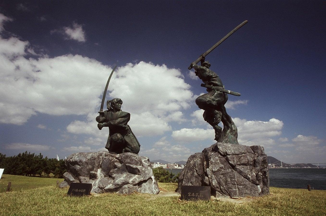 Musashi gegen Kojiro Statuen