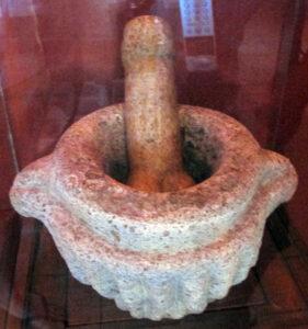 Selbst einfache Gegenstände können sexuell aufgeladen werden. Dieser Stößel in Form eines Penis ist nicht nur Arbeitsgerät, sondern auch Metapher!